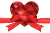 Fiocco rosso forma cuore tramite il piccolo cuore. — Foto Stock