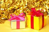 Kleine geschenken op gele achtergrond. — Stockfoto