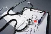 Stetoscopio, maschera, medicine, medical record e penna. — Foto Stock