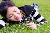 Asyalı kadını çimde rahat — Stok fotoğraf