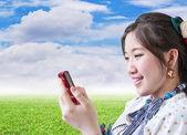 Mujer charlando con el teléfono móvil — Foto de Stock