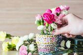 Flower arrangement in mosaic flower pot — Stock Photo