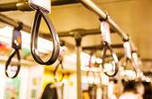電車の中に立って乗客のハンドル — ストック写真