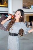 Uma jovem mulher às compras no shopping — Foto Stock