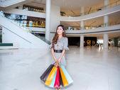 Een jonge vrouw in winkelcentrum winkelen — Stockfoto