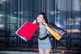 年轻女子在商场购物 — 图库照片