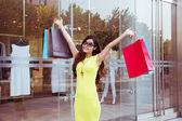 Mladá žena, nakupování v obchoďáku — Stock fotografie