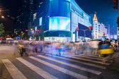 Night scenery of the city, crossing at night, burred crowd — Stockfoto