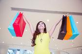 Mujer joven en centro comercial de compras — Foto de Stock
