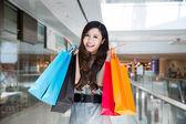 Взволнованная делающая покупки женщина — Стоковое фото