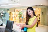 Молодая взрослая женщина, уделяя валюты для покупки — Стоковое фото