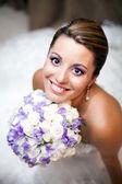 šťastnou nevěstu hospodářství květiny — Stock fotografie