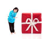 Ler kinesisk kvinna erbjuder stora gåva — Stockfoto