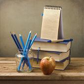 Livres anciens avec des crayons, livre apple et note — Photo