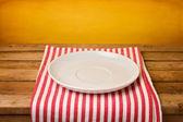 Prato vazio na toalha de mesa — Foto Stock