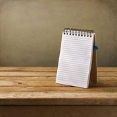Leeres Notizbuch auf Holztisch — Stockfoto