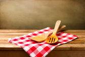 Ustensiles de cuisine sur la nappe sur la table en bois — Photo