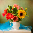 Beautiful flower bouquet over grunge background — Stock Photo