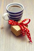 Xícara de chá com biscoitos na mesa de madeira — Fotografia Stock