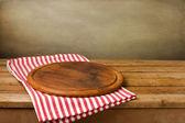 Placa de madeira carrinho na toalha de mesa — Foto Stock