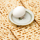 Background with matzo and egg on plate — Stock Photo