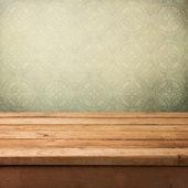 Tabela rocznika drewnianym tarasem nad tapeta z ornamentem — Zdjęcie stockowe