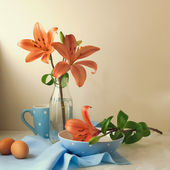 Still life with lily flowers and polka dots tableware — Stock Photo