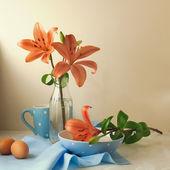 Natureza morta com lily flores e bolinhas de mesa — Foto Stock