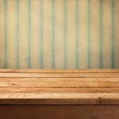 τραπέζι ξύλινο κατάστρωμα πάνω από vintage φόντο grunge — Φωτογραφία Αρχείου