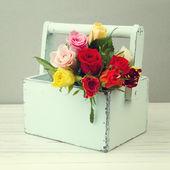 Rosas en caja de madera — Foto de Stock