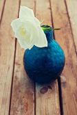 üzerinde mavi cam aranjman beyaz gül çiçek — Stok fotoğraf
