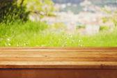 Tavolo in legno vuoto sopra bokeh sfondo naturale — Foto Stock