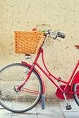 Bicicleta vintage com cesto sobre parede de concreto — Foto Stock