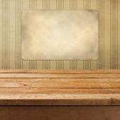 Antika ahşap güverte masa retro duvar kağıdı üzerinde — Stok fotoğraf