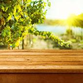 Mesa cubierta de madera vacía sobre fondo de viñedo bokeh — Foto de Stock