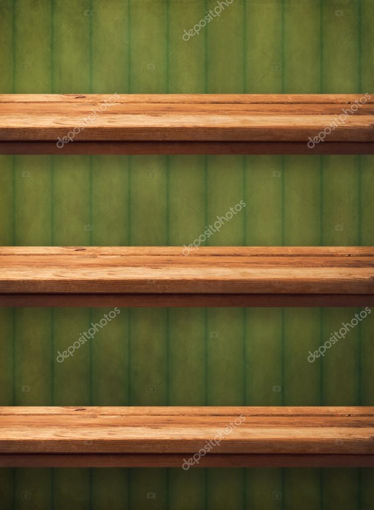 Vintage houten keuken planken over grunge groene behang. Ready ...
