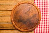 Tabuleiro de pão no fundo de madeira com toalha de mesa — Fotografia Stock