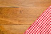 Fundo com toalha de mesa e verificado de madeira — Fotografia Stock