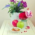 natureza morta com maçã, mel, romã e flores — Foto Stock