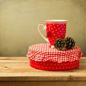 Xícara de chá de natal com caixa de presente — Fotografia Stock