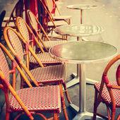 Tische und Stühle im café — Stockfoto