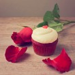 Cupcake with red roses — Stock Photo #37222047