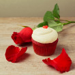 Cupcake with red roses — Stock Photo #37222129