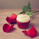 Cupcake with red roses — Stock Photo