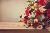 Bouquet di fiori sul tavolo di legno — Foto Stock