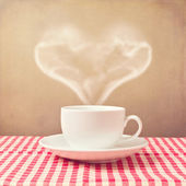 Filiżanka kawy z steam kształt serca — Zdjęcie stockowe
