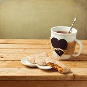 Tea cup with honey cake — Stock Photo