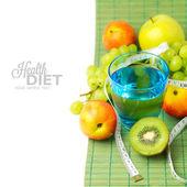 Vruchten en glas water — Stockfoto