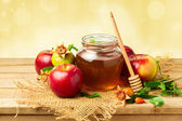 Honey jar with apples and pomegranate — Stock Photo