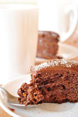 Chocolate cake and glass of milk — Stock Photo